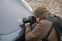 """Am Samstag den 25. Januar 2020 versammelten sich ca. 60 Menschen in der brandenburgischen Ortschaft Gruenheide um fuer die geplante Ansiedlung des Automobilherstellers Tesla mit einer sog. """"Gigafactory"""" zu demonstrieren.<br /> Im Bild: Ein Fotojournalist fotografiert das Tesla-Symbol an einem Fahrzeug eines Veranstaltungsteilnehmers.<br /> 25.1.2020, Gruenheide<br /> Copyright: Christian-Ditsch.de<br /> [NUR FUER REDAKTIONELLE ZWECKE! Werbung nur auf Anfrage beim Fotografen. Inhaltsveraendernde Manipulation des Fotos nur nach ausdruecklicher Genehmigung des Fotografen. Vereinbarungen ueber Abtretung von Persoenlichkeitsrechten/Model Release der abgebildeten Person/Personen liegen nicht vor. NO MODEL RELEASE! Don't publish without copyright Christian-Ditsch.de, Veroeffentlichung nur mit Fotografennennung, sowie gegen Honorar, MwSt. und Beleg. Konto: I N G - D i B a, IBAN DE58500105175400192269, BIC INGDDEFFXXX, Kontakt: post@christian-ditsch.de<br /> Bei der Bearbeitung der Dateiinformationen darf die Urheberkennzeichnung in den EXIF- und  IPTC-Daten nicht entfernt werden, diese sind in digitalen Medien nach §95c UrhG rechtlich geschuetzt. Der Urhebervermerk wird gemaess §13 UrhG verlangt.]"""