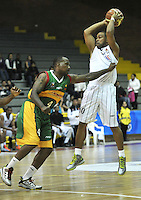 BOGOTA - COLOMBIA: 13-09-2013: Fernando Lucena (Der.) de Piratas de Bogotá, disputa el balón con Tyree Evans (Izq.) de Caribbean Heat  septiembre 13 de 2013. Piratas de Bogota y Caribbean Heat disputaron partido de la fecha 13 de la fase I de la Liga Directv Profesional de Baloncesto 2 en partido jugado en el Coliseo El Salitre. (Foto: VizzorImage / Luis Ramirez / Staff). Fernando Lucena (R) of Pirates from Bogota disputes the ball with Tyree Evans (L) from Caribbean Heat, September 13, 2013. Piratas from Bogota and Caribbean Heat  disputed a match for the 13 date of the Fase II of the League of Professional Directv Basketball 2 game at the Coliseo El Salitre. (Photo. VizzorImage / Luis Ramirez / Staff)