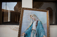 2011 Mokattam Garbage City (alla periferia del Cairo) il quartiere copto dove si vive in mezzo alla spazzatura raccolta:quadro della Madonna appoggiato ad una parete.