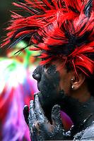 """Milhares de  pessoas  participam do carnaval ecológico  em  Curuçá, cidade a 130 km de Belém (Pa). Os brincantes pulam, dançaram e cantaram usando como abadás a lama do mangue. O surgimento do bloco """"Pretinhos do Mangue"""" se deu meio que por acaso, em 1989, durante a folia daquele ano, quando três amigos resolveram pegar caranguejo para tira-gosto e surpreenderam-se com a falta dos animais. Em protesto, o trio desfilou pela cidade com o corpo cheio de lama. Foram criticados por uns e aplaudidos por outros. De lá para cá, o bloco, que defende a preservação do mangue, cresceu levando  diversão com consciência ecológica no domingo de carnaval. <br /> FOTO: LUCIVALDO SENA<br /> CURUÇA – PARÁ <br /> 10.02.2013"""