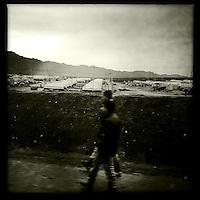 """Fluechtlingslager des UNHCR in der Autonomen Kurdische Region Irak fuer die vor der Terrororganisation """"Islamischer Staat"""" (IS) gefluechteten Jeziden an der Grenze zu Syrien.<br /> Auf einem schlammigen Gelaende muessen die Fluechtlinge bei Kaelte in Zelten leben.<br /> 13.12.2014, Autonome Kurdische Region Irak<br /> Copyright: Christian-Ditsch.de<br /> [Inhaltsveraendernde Manipulation des Fotos nur nach ausdruecklicher Genehmigung des Fotografen. Vereinbarungen ueber Abtretung von Persoenlichkeitsrechten/Model Release der abgebildeten Person/Personen liegen nicht vor. NO MODEL RELEASE! Nur fuer Redaktionelle Zwecke. Don't publish without copyright Christian-Ditsch.de, Veroeffentlichung nur mit Fotografennennung, sowie gegen Honorar, MwSt. und Beleg. Konto: I N G - D i B a, IBAN DE58500105175400192269, BIC INGDDEFFXXX, Kontakt: post@christian-ditsch.de<br /> Bei der Bearbeitung der Dateiinformationen darf die Urheberkennzeichnung in den EXIF- und  IPTC-Daten nicht entfernt werden, diese sind in digitalen Medien nach §95c UrhG rechtlich geschuetzt. Der Urhebervermerk wird gemaess §13 UrhG verlangt.]"""