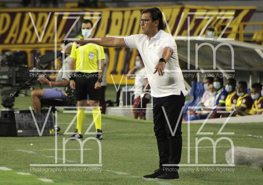 IBAGUÉ - COLOMBIA, 13-08-2021:  Flabio Torres  técnico del Pasto  gesticula durante partido por la fecha 5 entre Deportes Tolima y el Deportivo Pasto como parte de la Liga BetPlay DIMAYOR II 2021 jugado en el estadio Manuel Murillo Toro de la ciudad de Ibagué. /  Flabio Torres coach of Pasto  gestures during Match for the date 5 between Deportes Tolima and Deportivo Pasto  as part of the BetPlay DIMAYOR League II 2021 played at Manuel Murillo Toro  stadium in Ibague city. Photo: VizzorImage / Juan Torres  / Contribuidor