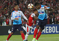 BOGOTÁ -COLOMBIA, 08-11-2018:Wilson Morelo  (Izq.) jugador de Independiente Santa Fe  de Colombia disputa el balón con Rafael Perez (Der.) jugador  del Atlético Junior  de Colombia durante primer  partido por la semifinal   de La Copa Conmebol Sudamericana 2018,jugado en el estadio Nemesio Camacho El Campín de la ciudad de Bogotá./Wilson Morelo (L) Player of Independiente Santa Fe of Colombia disputes the ball with XRafael Perez (R) Player of Atletico Junior of Colombia during the first match for the semifinal of Conmebol Sudamericana Cup 2018, played at the Nemesio Camacho stadium in Bogotá city.Photo: VizzorImage/ Felipe Caicedo / Staff