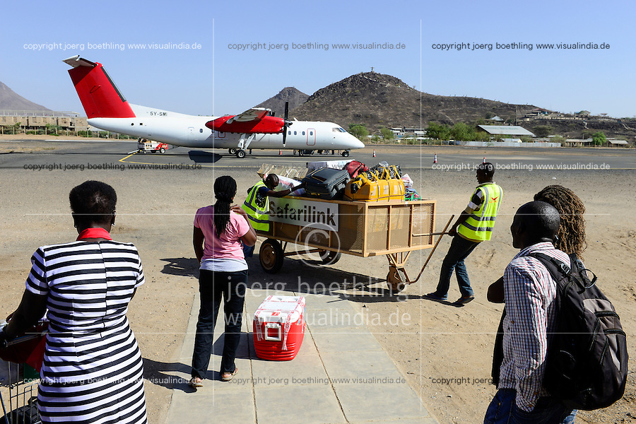 KENYA, Turkana, Lodwar airport, arrival of Safarilink aircraft, luggage transport