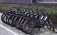 Nederland  Amsterdam   2021.    Amsterdam West.   Fietsen op straat bij Hotel King's Court.   Foto Berlinda van Dam / HH / ANP.