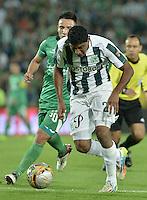 BOGOTÁ -COLOMBIA, 29-04-2015. Oscar Barreto (Izq) de La Equidad disputa el balón con Luis C Ruiz (Der) de Atlético Nacional durante partido por la fecha 9 de la Liga Águila I 2015 jugado en el estadio Nemesio Camacho El Campin de la ciudad de Bogotá./ Oscar Barreto (L) player of La Equidad fights for the ball with Luis C Ruiz (R) player of Atletico Nacional during the match for the 9th date of the Aguila League I 2015 played at Nemesio Camacho El Campin stadium in Bogotá city. Photo: VizzorImage/ Gabriel Aponte / Staff