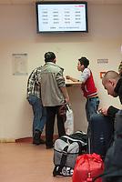 """Die """"Zentrale Aufnahmeeinrichtung des Landes Berlin fuer Asylbewerber"""" (ZAA) des Berliner Landesamt fuer Gesundheit und Soziales (LaGeSo) in der Turmstrasse 21 in Berlin-Moabit. Hier werden alle in Berlin ankommenden Fluechtlinge registriert und bekommen eine Erstversorgung. In dieser Erstaufnahmestelle werden sie auf die vom Land bereitgestellten Unterkuenfte verteilt.<br /> Im Bild: Fluechtlinge in einem Warteraeume.<br /> 24.9.2014, Berlin<br /> Copyright: Christian-Ditsch.de<br /> [Inhaltsveraendernde Manipulation des Fotos nur nach ausdruecklicher Genehmigung des Fotografen. Vereinbarungen ueber Abtretung von Persoenlichkeitsrechten/Model Release der abgebildeten Person/Personen liegen nicht vor. NO MODEL RELEASE! Don't publish without copyright Christian-Ditsch.de, Veroeffentlichung nur mit Fotografennennung, sowie gegen Honorar, MwSt. und Beleg. Konto: I N G - D i B a, IBAN DE58500105175400192269, BIC INGDDEFFXXX, Kontakt: post@christian-ditsch.de<br /> Urhebervermerk wird gemaess Paragraph 13 UHG verlangt.]"""