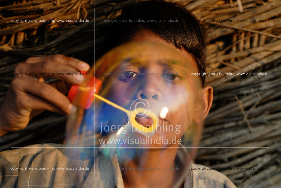 "Asien Suedasien Indien Junge spielt mit Seifenblasen in Kasrawad - Kinder xagndaz | .South asia Inda Madhya Pradesh , boy play with soap bubbles - children .| [ copyright (c) Joerg Boethling / agenda , Veroeffentlichung nur gegen Honorar und Belegexemplar an / publication only with royalties and copy to:  agenda PG   Rothestr. 66   Germany D-22765 Hamburg   ph. ++49 40 391 907 14   e-mail: boethling@agenda-fototext.de   www.agenda-fototext.de   Bank: Hamburger Sparkasse  BLZ 200 505 50  Kto. 1281 120 178   IBAN: DE96 2005 0550 1281 1201 78   BIC: ""HASPDEHH"" ,  WEITERE MOTIVE ZU DIESEM THEMA SIND VORHANDEN!! MORE PICTURES ON THIS SUBJECT AVAILABLE!!  ] [#0,26,121#]"