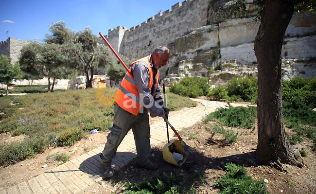 A Palestinian sanitation man works at a street, during the International Workers' Day, in Jerusalem May 1, 2014. Photo by Saeed Qaq