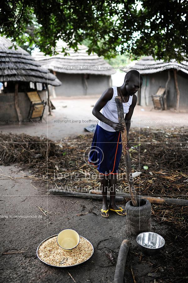 SOUTH SUDAN, Lakes State, village Mapuordit, Dinka woman with mortar making maize flour / SUED-SUDAN, Bahr el Ghazal regio , Lakes State, Dorf Mapuordit, Dinka Frau mit Moerser bereitet Mais Mehl zu