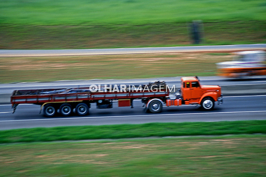 Transporte de carga na Via Dutra em São Paulo. 2001. Foto de Juca Martins.