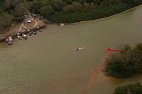 A lama continua a correr pelo rio Doce, chegando ao município de Linhares<br /> <br /> Linhares, Espirito Santo, Brasil. <br /> Foto Marcello Lourenço<br /> 20/11/2015