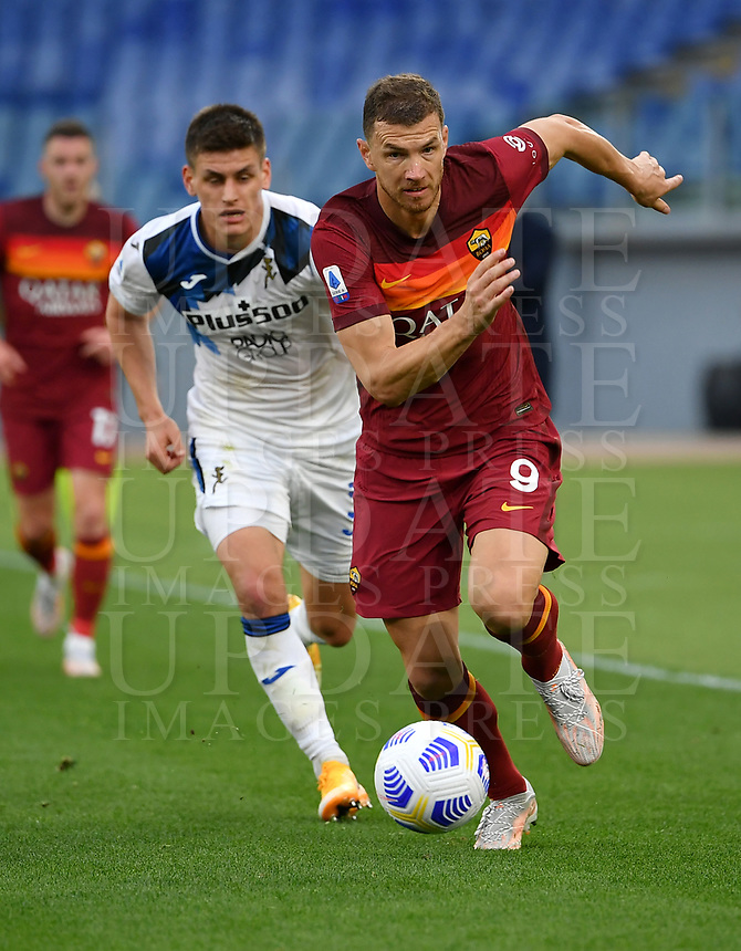 Football, Serie A: AS Roma - Atalanta Olympic stadium, Rome, April 22, 2021. <br /> Roma's Edin Dzeko (r) in action with Atalanta's Joakim Maehle (l) during the Italian Serie A football match between AS Roma and Atalanta at Rome's Olympic stadium, Rome, on April 22, 2021.  <br /> UPDATE IMAGES PRESS/Isabella Bonotto