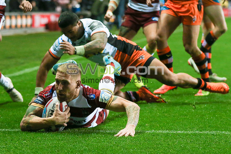 Picture by Alex Whitehead/SWpix.com - 05/10/2018 - Rugby League - Betfred Super League Semi-Final - Wigan Warriors v Castleford Tigers - DW Stadium, Wigan, England - Wigan's Sam Tomkins scores a try.