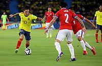 BARRANQUILLA – COLOMBIA, 09-09-2021: Juan Fernando Quintero de Colombia (COL) y Eugenio Mena, Jean Meneses de Chile (CHI) disputan el balon durante partido entre los seleccionados de Colombia (COL) y Chile (CHI), de la fecha 9 por la clasificatoria a la Copa Mundo FIFA Catar 2022, jugado en el estadio Metropolitano Roberto Melendez en la ciudad de Barranquilla. / Juan Fernando Quintero of Colombia (COL) and Eugenio Mena, Jean Meneses of Chile (CHI) vie for the ball during match between the teams of Colombia (COL) and Chile (CHI), of the 9th date for the FIFA World Cup Qatar 2022 Qualifier, played at Metropolitan stadium Roberto Melendez in Barranquilla city. Photo: VizzorImage / Jairo Cassiani / Cont.
