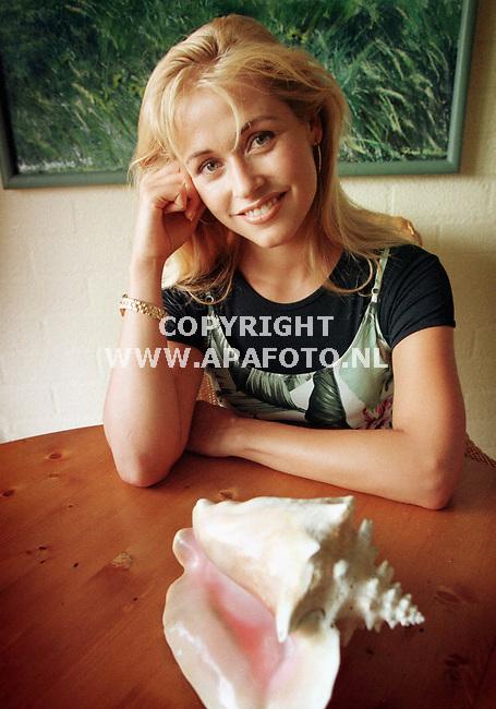 Arnhem,19-07-99  Foto:Koos Groenewold (APA)<br />Barbara van Stijn met haar vakantiesouvenir uit Mexico.<br /><br />special Eindhovens Dagblad