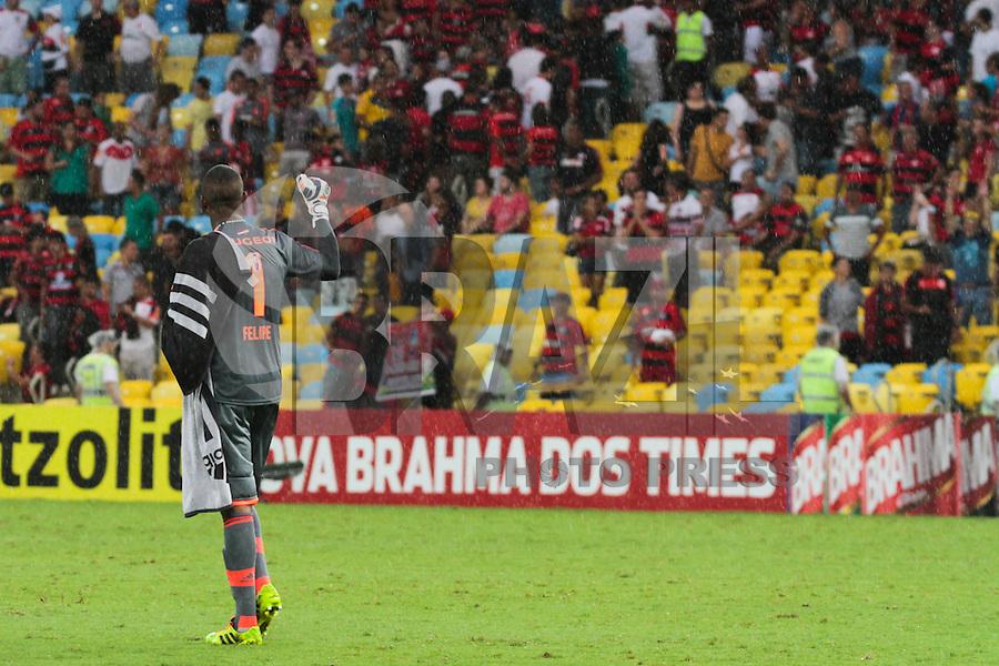 RIO DE JANEIRO, RJ, 24.11.2013 -  Felipe do Flamengo comemora a vitória contra o Corinthians, neste domingo, pela trigésima sexta rodada do Campeonato Brasileiro no Maracanã. (Foto. Néstor J. Beremblum / Brazil Photo Press).
