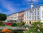Deutschland, Bayern, Oberbayern, Chiemgau: Tittmoning - Stadtplatz mit Rathaus | Germany, Bavaria, Upper Bavaria, Chiemgau: Tittmoning - Town Square with town hall