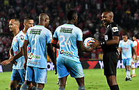 BOGOTA - COLOMBIA - 30 - 11 - 2017: Gustavo Murillo (Der.), arbitro, dialoga con Ramon Cordoba (Cent.) jugador de Jaguares F. C., durante partido de vuelta de los cuartos de final entre Independiente Santa Fe y Jaguares F. C., de la Liga Aguila II 2017, en el estadio Nemesio Camacho El Campin de la ciudad de Bogota.  / Gustavo Murillo (R), referee, speaks with Ramon Cordoba (C), player of Jaguares F.C, during a match between Independiente Santa Fe y Jaguares F. C., of the quarter of finals for the Liga Aguila II 2017 at the Nemesio Camacho El Campin Stadium in Bogota city, Photo: VizzorImage / Luis Ramirez / Staff.