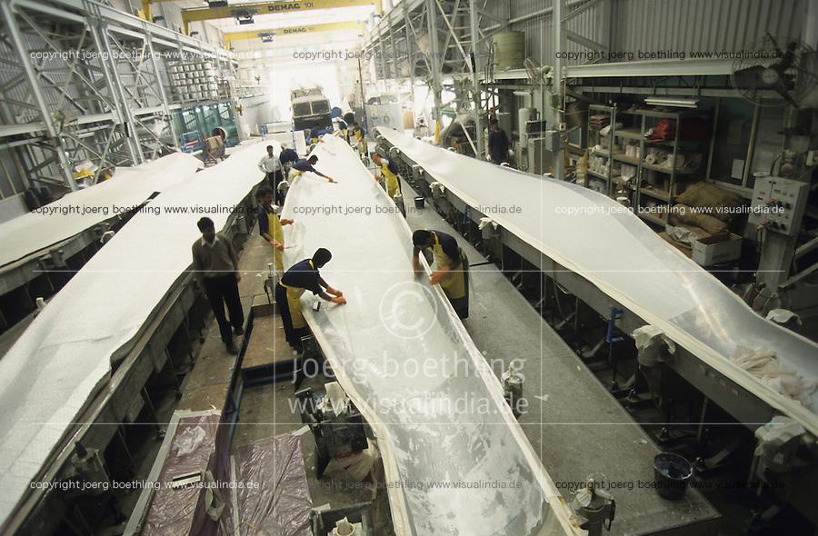 INDIA Daman , wind turbine producer Enercon India Ltd. , production of rotor blades/ INDIEN Daman , Produktion von Windturbinen in Fabrikhalle des deutsch indischen Joint Venture Enercon India Ltd. , Fertigung der Rotorblaetter- MORE IMAGES ON THIS SUBJECT AVAILABLE!!