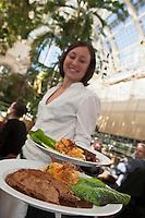 Europe/Autriche/Niederösterreich/Vienne: Service au Palmenhaus restaurant dans une serre Belle Epoque sur le Burggarten. Le Burggarten est situé dans le quartier de Hofburg