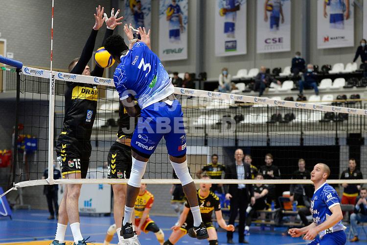 27-03-2021: Volleybal: Amysoft Lycurgus v Draisma Dynamo: Groningen Lycurgus speler Jerome Cross slaat de bal in het blok