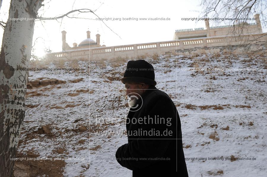 CHINA province Xinjiang, uighur town Opal near Kashgar, tomb of islamic teacher Mahmud al-Kashgari / CHINA Provinz Xinjiang, uigurische Stadt Opal bei Kashgar, hier lebt das Turkvolk der Uiguren, das sich zum Islam bekennen , Mausoleum des islamischen Gelehrten Mahmud al-Kashgari (1008-1015)