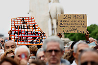 Cartelli banners<br /> Roma 27/10/2018. Campidoglio. Manifestazione sit-in dei cittadini contro il degrado di Roma organizzata da 6 donne del comitato TuttiperRomapertutti, sotto l'hashtag #romadicebasta.<br /> Rome October 27th 2018. Campidoglio Square. Demonstration of roman citizens agains the mayor and against the deterioration and the huge problems that have been afflicting Rome during the last months, like garbage, carelessness and huge and dangerous holes in the streets. The sit-in was organized by 6 women that created the movement 'Rome says Stop'.<br /> Foto Samantha Zucchi Insidefoto