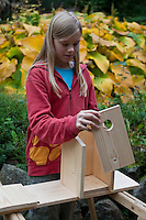 Mädchen baut einen Vogel-Nistkasten aus Brettern, 5. Schritt: Teile zusammensetzen