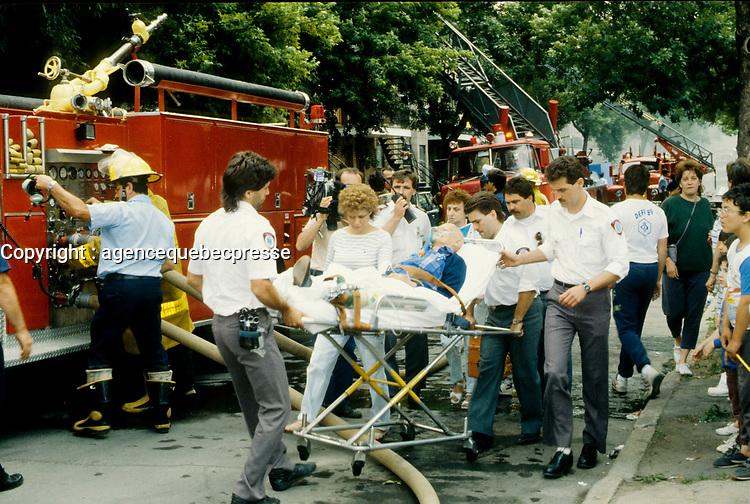 Pompiers et ambulanciier au travail - archives vers 1987<br /> <br /> PHOTO : Pierre Roussel - Agence Quebec Presse