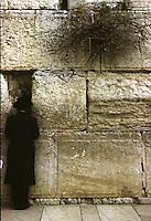 ISRAELE, Gerusalemme. Un ebreo prega al Muro del Pianto.