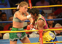 BARRANQUILLA-COLOMBIA- 24-10-2014. Liliana Palmera (Izq), boxeadora colombiana, obtuvo por decisión unánime, en su décimo intento, el título mundial del peso supergallo de la AMB ante la venezolana Ana Lozano (Der), en pelea realizada este viernes por la noche en el coliseo de la Universidad del Norte de Barranquilla, en el marco de la velada 'Nocaut a las drogas'./ Liliana Palmera (L), a Colombian boxer, won a unanimous decision in his tenth attempt, world title WBA super bantamweight before Venezuelan Ana Lozano (R), in a fight on Friday night at the Coliseum at the University of North London, as part of the evening 'Knock on drugs'. Photo: VizzorImage/Alfonso Cervantes/STR
