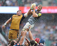 Chris Robshaw of Harlequins wins the lineout ball against James Phillips of Bristol Rugby during the Aviva Premiership Rugby match between Harlequins and Bristol Rugby at Twickenham Stadium on Saturday 03 September 2016 (Photo by Rob Munro/Stewart Communications)