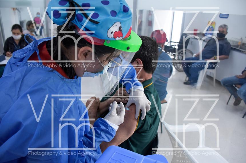 ARMENIA - COLOMBIA, 21-06-2021: Un hombre recibe la primera dosis de la vacuna contra el covid en medio de la pandemia de coronavirus en Armenia, Colombia. Según el último informe oficial del Ministerio de Salud y Protección Social, Colombia registra 99.934 víctimas del COVID-19. Con más de 500 fallecidos en las últimas 24 horas el país espera llegar a las 100.000 víctimas hoy. / A man receives the first dose of the covid vaccine amid the coronavirus pandemic in Armenia, Colombia. According to the latest official report from the Ministry of Health and Social Protection, Colombia registers 99,934 victims of COVID-19. With more than 500 deaths in the last 24 hours, the country expects to reach 100,000 victims today. Photo: VizzorImage / Santiago Castro / Cont