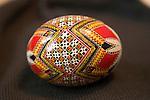 Viorica semeniuc est l'un des artisans renommés de Roumanie, elle continue la tradition de la décoration des oeufs de Pâques. Les modèles peints, hérités de ses grand-mères, sont vraiment authentiques..