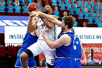 27-02-2021: Basketbal: Donar Groningen v Den Helder Suns: Groningen Donar speler Juwann James in de sandwich