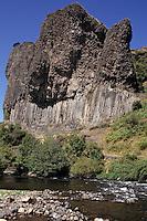 Europe/France/Auvergne/43/Haute-Loire/Prades: La vallée de l'Allier et le rocher du Bac ,orgfue basaltique de 97 m de hauteur