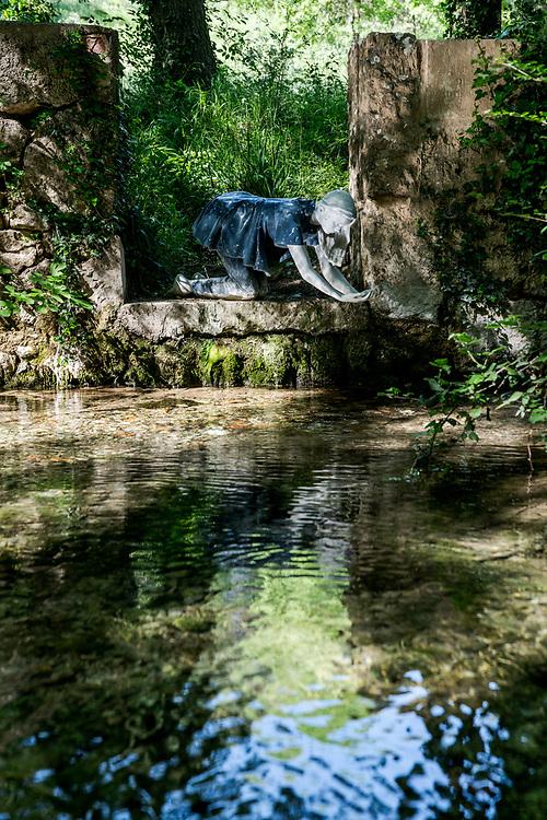 La fée de la source, Marie,  le long de l'Huveaune, à Saint-Zacharie - Par les artistes Lucy + Jorge Orta