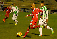 TUNJA -COLOMBIA, 19-04-2014. Jonathan Estrada (Izq) de Patriotas FC disputa el balón con Jefferson Duque (Der) del Atletico Nacional durante partido válido por la fecha 18 de la Liga Postobón I 2014 realizado en el estadio La Independencia en Tunja./ Jonathan Estrada (L) of Patriotas FC struggles the ball with Jefferson Duque (R) of Atletico Nacional during match valid for the 18th date of Postobon  League I 2014 at La Libertad stadium in Tunja. Photo: VizzorImage/Jose Miguel Palencia/STR