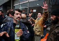 SARAJEVO / BOSNIA - 18 MARZO 1996.QUARTIERE SERBO DI GRBAVICA. PER EFFETTO DEGLI ACCORDI DI DAYTON SARAJEVO PASSA SOTTO IL CONTROLLO DEI MUSULMANI E LA POPOLAZIONE SERBA SI RITIRA IN MASSA VERSO PALE E LA REPUBBLICA SERBA. NELLA FOTO ALCUNI ABITANTI DI GRBAVICA ANNEGANO NELL'ALCOOL LA RABBIA E LA DELUSIONE..FOTO LIVIO SENIGALLIESI..SARAJEVO / BIH - 18 MARCH 1996.AFTER DAYTON AGREEMENT THE SERBS HAVE TO WITHDRAW FROM THEIR POSITIONS AND HAVE TO LEAVE SARAJEVO TO THE MUSLIMS..IN THE PICTURE SOME SERBS IN THE THE DISTRICT OF GRBAVICA DROWN ANGER AND DISAPPOINTMENT IN ALCOOL..PHOTO LIVIO SENIGALLIESI