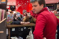 Am Samstag den 17. Januar 2015 wurde die erste Ausgabe der franzoesischen Satire-Zeitschrift Charlie Hebdo nach dem Mordanschlag am 7. Januar auch in Deutschland verkauft. Auf Grund der grossen Nachfrage in Frankreich wurden nur wenig Exemplare nach Deutschland geschickt. So sind in Berlin angeblich nur 125 Stueck zum Verkauf ausgeliefert worden.<br /> Am Berliner Hauptbahnhof haben Menschen seit dem Vorabend um 23.30 vor einem Zeitungsladen angestanden, um bei Oeffung um 5.00 Uhr eines der begehrten drei Exemplare zu bekommen, die dort angeliefert wurden.<br /> So kam es bei Ladenoeffung zum Teil zu tumultartigen Szenen, bei denen sich die wartenden gegenseitig im Preis ueberboten oder die Verkaeufer beschimpften, weil nur ein Exemplar in der Filiale war.<br /> 17.1.2015, Berlin<br /> Copyright: Christian-Ditsch.de<br /> [Inhaltsveraendernde Manipulation des Fotos nur nach ausdruecklicher Genehmigung des Fotografen. Vereinbarungen ueber Abtretung von Persoenlichkeitsrechten/Model Release der abgebildeten Person/Personen liegen nicht vor. NO MODEL RELEASE! Nur fuer Redaktionelle Zwecke. Don't publish without copyright Christian-Ditsch.de, Veroeffentlichung nur mit Fotografennennung, sowie gegen Honorar, MwSt. und Beleg. Konto: I N G - D i B a, IBAN DE58500105175400192269, BIC INGDDEFFXXX, Kontakt: post@christian-ditsch.de<br /> Bei der Bearbeitung der Dateiinformationen darf die Urheberkennzeichnung in den EXIF- und  IPTC-Daten nicht entfernt werden, diese sind in digitalen Medien nach §95c UrhG rechtlich geschuetzt. Der Urhebervermerk wird gemaess §13 UrhG verlangt.]