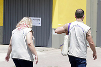 Campinas (SP), 20/01/2021 - Policia - A Vigilância Sanitária de Campinas, interditou nesta quarta-feira (20), uma empresa atacadista e varejista de alimentos na Vila Marieta, região sul de Campinas (SP). O local comercializava queijos, derivados lácteos e conservas de origem clandestina, em desacordo com as boas práticas da legislação sanitária, o que coloca em risco a saúde pública.<br /> De acordo com a Vigilância Sanitária, foram apreendidas aproximadamente cinco toneladas de alimentos com rótulos falsificados, sem padronização de identidade, qualidade e segurança. Todos os produtos foram inutilizados seguindo as normas dos órgãos responsáveis e levados para o aterro sanitário para descarte pelo Departamento de Limpeza Urbana.<br /> O órgão atendeu a uma denúncia anônima do canal 156 e a ação também envolveu a Polícia Civil e a Guarda Municipal. A Polícia Civil enquadrou o infrator por crime à saúde pública.