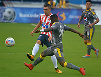 BARRANQUIILLA - COLOMBIA, 13-05-2018: Ruben Leonardo Pico (Izq.) del Atlético Junior disputa el balón con William Parra (Der) jugador de Deportivo Independiente Medellín durante partido de ida por los cuartos de final de la Liga Águila I 2018 jugado en el estadio Metropolitano Roberto Meléndez de la ciudad de Barranquilla. / Ruben Leonardo Pico (L) player of Atletico Junior struggles the ball with William Parra (R) player of Deportivo Independiente Medellin during first leg match for the quarterfinals of the Aguila League I 2018 played at Metropolitano Roberto Melendez stadium in Barranquilla city.  Photo: VizzorImage/ Alfonso Cervantes / Cont