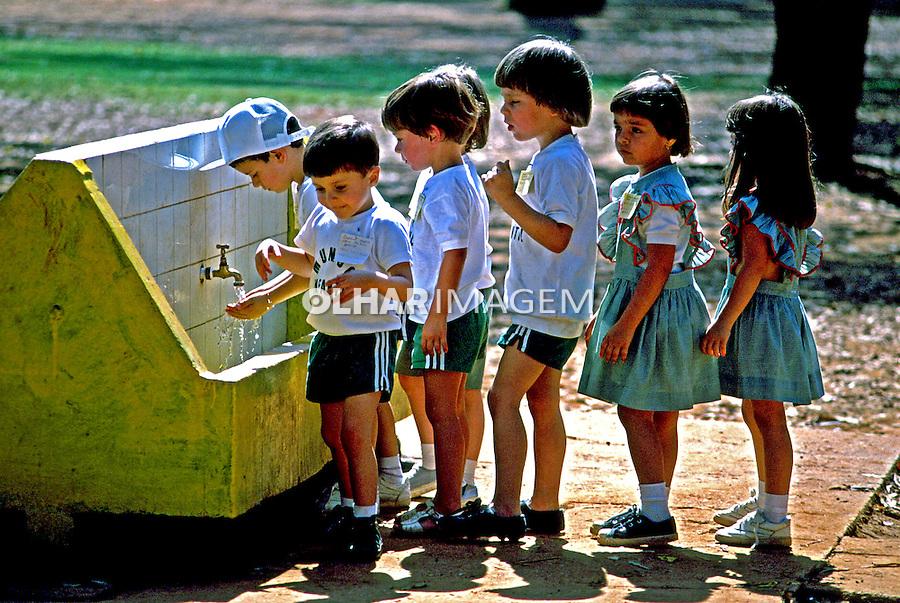 Colegiais em fila de água no Parque Ibirapuera, São Paulo. 1990. Foto de Juca Martins.
