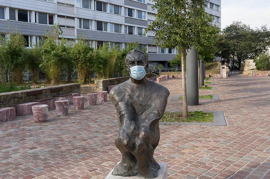 Cherbourg - Normandia, 31 agosto 2020. Statua bronzea di Roland Barthes. E il p......?