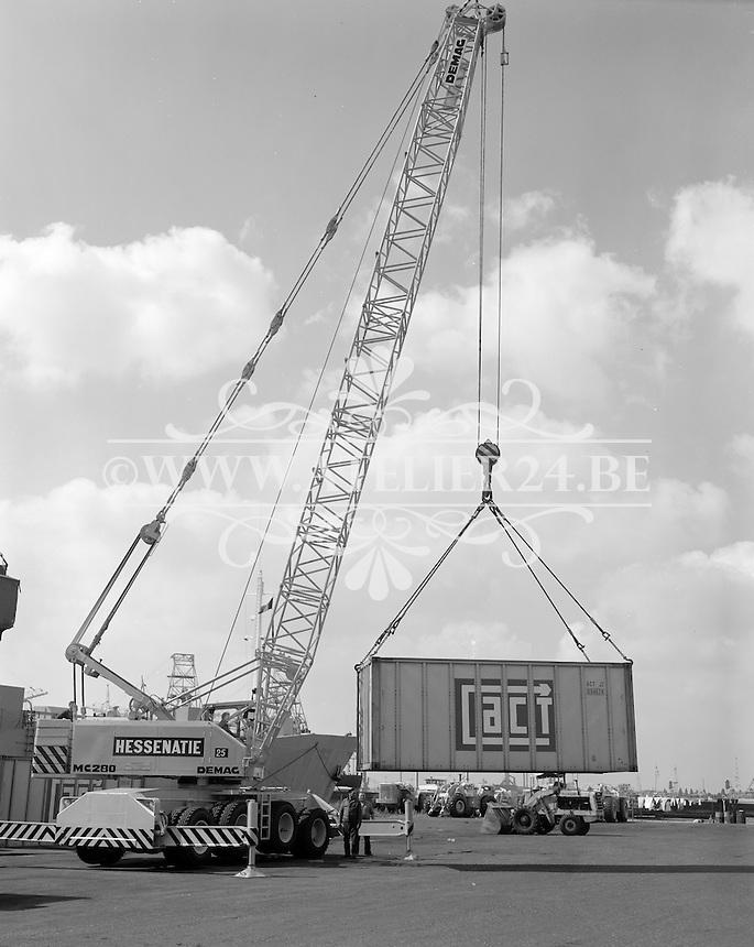 Augustus 1975. Hessenatie in de haven van Antwerpen.