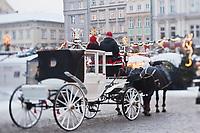 Europe/Voïvodie de Petite-Pologne/Cracovie:   Calèche et  Marché de Noël sur la Place du Marché: Rynek  - Vieille ville (Stare Miasto) classée Patrimoine Mondial de l'UNESCO