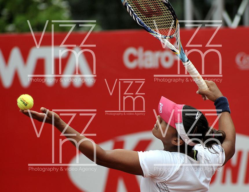 BOGOTÁ - COLOMBIA - 24-02-2013: Teliana Pereira de Brasil, en acción, durante partido por la Copa de Tenis WTA Bogotá, febrero 23 de 2013. (Foto: VizzorImage / Luis Ramírez / Staff). Teliana Pereira de Brasil in action, during a match for the WTA Bogota Tennis Cup, on February 24, 2013, in Bogota, Colombia. (Photo: VizzorImage / Luis Ramirez / Staff)...............................