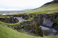 Fjaðrárgljúfur-Schlucht, Fjathrargljufur-Schlucht, Schlucht, Canyon im Süden von Island, durch die Schlucht fließt der namensgebende Fluss Fjaðrá, canyon in south east Iceland