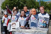 """Zum Tag der Pressefreiheit, am Samstag den 3. Mai 2014, hat die Europaeische Buergerinitiative fuer Medienpluralismus vor dem Bundeskanzleramt eine Kundgebung fuer Pressefreiheit und Medienpluralismus abgehalten.<br />Mit der Aktion sollte an die Notwendigkeit der Presse- und Meinungsfreiheit in Deutschland und Europa erinnert werden. """"Ohne freie Medien kann es keine wirkliche Demokratie geben"""" so eine Sprecherin der Initiative.<br />In Deutschland wird die Kampagne unter anderem unterstuetzt vom Deutschen Journalisten-Verband (DJV), der Deutschen Journalistinnen- und Journalisten-Union (DJU) in ver.di und dem Netzwerk fuer Osteuropa-Berichterstattung (n-ost). Die Initiative hat das Ziel europaweit eine Millionen Unterschriften zu sammeln, um einen Gesetzgebungsentwurf fuer eine bessere Einhaltung der Medienpluralitaet, der Presse- sowie der Meinungsfreiheit an die EU-Kommission zu stellen.<br />Im Bild: Die Kundgebungsteilnehmer tragen Masken mit den Gesichtern von Mediengroessen wie Rupert Murdoch (5.vl.) Bundeskanzlerin Angela Merkel (3.vl.), dem russischen Praesident Wladimir Putin (2.vr.), dem verurteilten italienischen ex-Praesident Silvio Berlusconi (2.vl.), dem englischen Premierminister David Cameron (4.vl.), dem franzoesischen Regierungschef Francoise Hollande (1.vr.) und dem franzoesischen ex-Premier Nicola Sarkozy (3.vr.).<br />3.5.2014, Berlin<br />Copyright: Christian-Ditsch.de<br />[Inhaltsveraendernde Manipulation des Fotos nur nach ausdruecklicher Genehmigung des Fotografen. Vereinbarungen ueber Abtretung von Persoenlichkeitsrechten/Model Release der abgebildeten Person/Personen liegen nicht vor. NO MODEL RELEASE! Don't publish without copyright Christian-Ditsch.de, Veroeffentlichung nur mit Fotografennennung, sowie gegen Honorar, MwSt. und Beleg. Konto: I N G - D i B a, IBAN DE58500105175400192269, BIC INGDDEFFXXX, Kontakt: post@christian-ditsch.de]"""